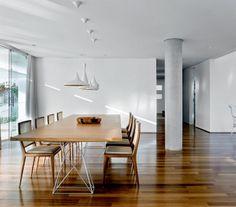 Atrás da mesa de jantar, iluminada pelos pendentes Beat (Tom Dixon), avista-se a parede com emboço rústico, o mesmo acabamento adotado em espaços internos e externos.