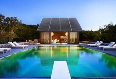 Pool House Solaire Box pouvant alimenter votre piscine grâce à la production d'électricité solaire photovoltaïque