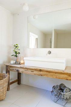 Encimera con antigua mesa de comedor de madera, lavabo apoyado • Countertop with old wooden dining table, sink supported