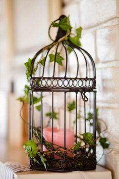 elegantes modell vom vogelkäfig - dekoriert mit grünen blättern