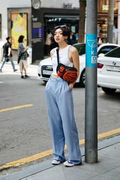 Chin rou, street style women spring 2018 in seoul street sty Asian Street Style, Street Style Summer, Korean Street Fashion, Asian Fashion, Street Style Women, Look Fashion, Fashion Outfits, Fashion Design, Fashion Trends