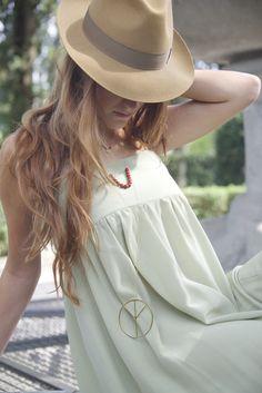 Stravolgi il tuo look con un simbolo di rivoluzione, scegli il pendente pace tra i gioielli personalizzati Forme Pure.