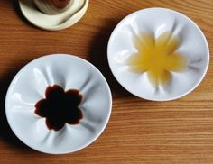 【hiracle 桜小皿】素敵な形をしてるお皿。調味料を注いだ突端、花が咲く。Very cute plates where sauces would take the shape of a sakura flower. Great as a gift!