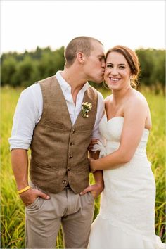 27 Rustic Groom Attire For Country Weddings Rustic groom attire become more and more popular. Waistcoats, suspenders, caps and jeans all combine to achieve rustic groom attire. Casual Groom Outfit, Groom Attire Rustic, Groom And Groomsmen, Groomsmen Outfits, Men Casual, Country Groomsmen Attire, Vintage Groomsmen Attire, Groom Suit Vintage, Country Wedding Groomsmen