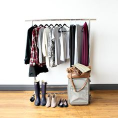 How to pack for 7 days in London with just one bag. Go carry on only with our 7 day packing list for women traveling to London, UK in the fall.