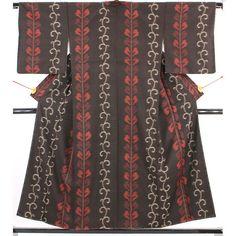 少し古めのアンティーク大島紬です。 黒茶地に白灰色の唐草と、赤色の葉がすっと縦に伸びています。  <シチュエーション> カジュアルにお召頂けるお着物です。 名古屋帯やおしゃれ袋帯、京袋帯、半巾帯などをしめて、普段着やちょっとしたお出かけなどにお使い頂けます。  <風合> 柔らかさのある少し古めの大島です。 薄手でしなやかで、ところどころ小さな節が入っています。 歴史を感じるアンティークの風合いです。  【楽天市場】アンティーク大島紬 黒茶 縦に伸びる植物文 【中古】【リサイクル着物・リサイクルきもの・アンティーク着物・中古着物】:ビスコンティ&きもの忠右衛門