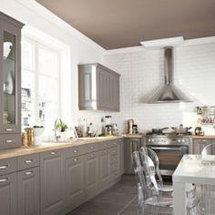tonos grises para una cocina clasica con encimera de madera