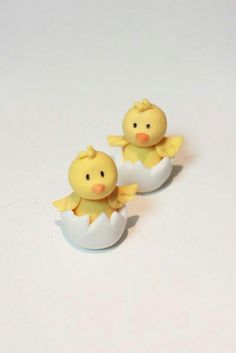 Little Chick Tutorial, from Sharon Wee Creations. - Little Chick Tutorial, from Sharon Wee Creations. Learn to make these cupcake toppers – Perfect - Fondant Figures, Fondant Cake Toppers, Fondant Cakes, Fondant Bow, Cupcake Toppers, Fondant Flowers, Cupcake Cakes, Cake Topper Tutorial, Fondant Tutorial