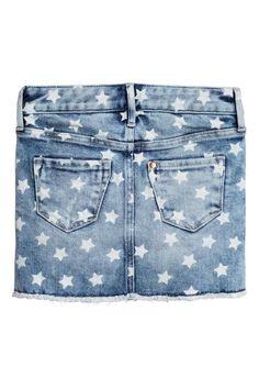 Jupe en jean à motif: Jupe 5 poches en denim lavé avec détails fortement usés et motif d'étoile blanchi. Élastique réglable à la taille et braguette zippée avec bouton-pression. Bord à cru à la base.