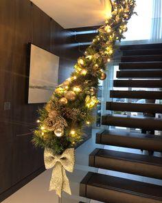 Christmas Garland On Stairs, Porch Garland, Front Door Christmas Decorations, Christmas Front Doors, Christmas Gingerbread House, Christmas Home, Luxury Christmas Decor, Beautiful Christmas, London