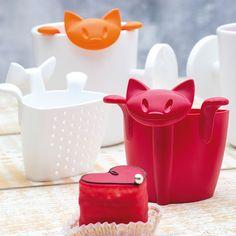 Mimmi es un infusor de té de Koziol en forma de lindo gatito que cuelga plácidamente del borde de tu taza de té derramando sabor. Cómpralo online en Givensa