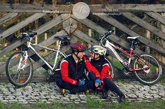 Sesja fotograficzna w plenerze młodej i aktywnej pary młodej. Sesja narzeczeńska na rowerach w Jurze Krakowsko-Częstochowskiej. Zobacz zdjęcia z sesji!