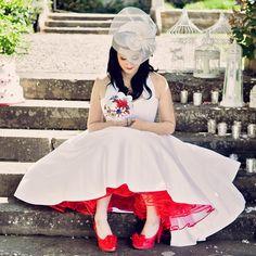 Para las más atrevidas: El clásico vestido blanco pero con detalles en rojo y combinado con zapatos del mismo color