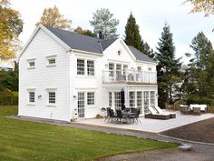 Exterior Home Remodel New England Hus, England Houses, Modern Colonial, Exterior Light Fixtures, English House, New House Plans, Scandinavian Home, Classic House, House In The Woods