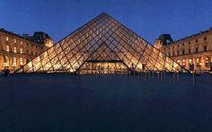 Museu do Louvre em Paris - França.  Grandes obras primas estão lá.