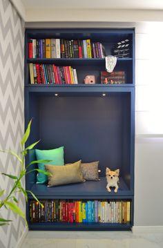 Estante de livros | Projeto Unio Arquitetura #unioarquitetura Home Office, Bookcase, Shelves, Photo And Video, Instagram, Home Decor, Arquitetura, Books, Shelving