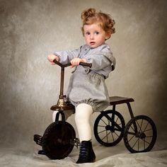Peto de bebé confeccionado en espiga de color gris #kids #corazondeleonkids #moda #madeinSpain #espiga #gris #peto #bebé #baby