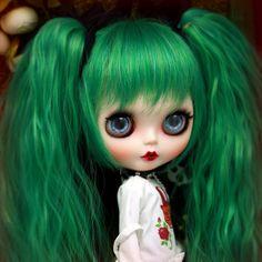 Inspo: custom green hair blythe