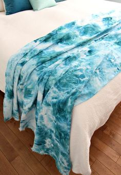 This beachy DIY ice dye throw blanket didn't turn out exactly how I planned, but so many people loved it so I thought I'd share how I made it today. How To Tie Dye, How To Dye Fabric, Dyeing Fabric, Diy Eis, Tie Dye Techniques, Fabric Dyeing Techniques, Tie Dye Crafts, Ice Dyeing, Ideias Fashion