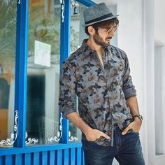 Kartik aaryan Bollywood Suits, Bollywood Couples, Bollywood Actors, Bollywood Celebrities, Celebrity Fashion Outfits, Celebrity Look, Fashion Essay, Men's Fashion, Black Outfit Men