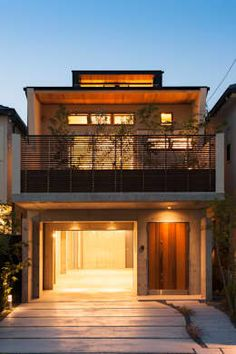 There's no way that you can't be impressed by the stacked design of this house! An integrated garage leads up to the main living areas and with a terrace in place as well, there is such a fluid symmetry to this property! The warm lighting looks spectacular and creates a really homely feel too! Houses by Sakurayama-Architect-Design