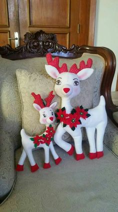 Cervo de natal com molde para imprimir: Artesanato com feltro Printable Christmas deer: Craft with felt Christmas Decorations Sewing, Christmas Sewing, Christmas Printables, Christmas Projects, Felt Crafts, Holiday Crafts, Holiday Decor, Felt Christmas Stockings, Felt Christmas Ornaments