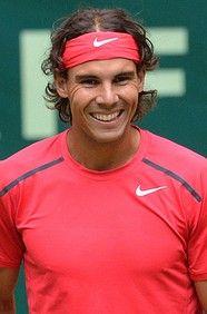 Rafael Nadal is een spaanse tennisser. Hij staat momenteel op de 3 de plaats in de wereldranglijst.Zijn bijnaam is de Koning van het Gravel. Hij wordt beschouwd als de beste gravelspeler aller tijden. Rafael Nadal heeft 11 Grand Slam titels. Hij won een gouden medaille op de Olympische Spelen 2008. En in 2010 de US Open. Geboortedatum 3 juni 1986   Lengte 1,85 m   Gewicht 85 kg   Profdebuut 2001   Slaghand links   Totaal prijzengeld $ 50.061.827