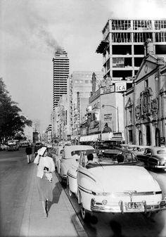 De doble vialidad y camellon la Av. Juarez, al fondo la Torre Latinoamericana durante un incendio, a la derecha el Templo de Corpus Christi. ca. 1950