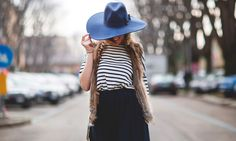 """La camiseta de rayas marineras, es como el """"Little Black Dress"""", uno de los grandes clásicos del mundo de la moda. Aunque pasen los años, las firmas continúan emitiendo modelos con este mítico estampado y nosotras seguimos vistiéndonos con él. ¿Te embarcas en esta onda?"""