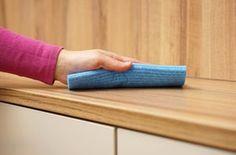 """3 ADEUS ODORES RUINS Para retirar o cheiro de guardado é preciso lavar tudo o que for de tecido e, no caso dos armários, fazer uma limpeza com água e detergente. """"Espalhe a mistura no interior das portas e gavetas com uma esponja macia"""", ensina a arquiteta e consultora de imagem Juliana Faria. Em seguida, passe um pano embebido em vinagre de álcool, que tem alta concentração de ácido acético, perfeito para eliminar fungos e mofo. Como a umidade restante pode danificar o armário"""