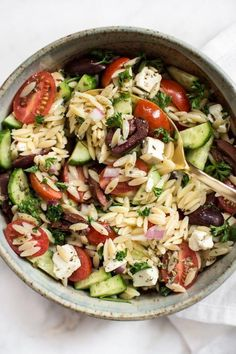 This Mediterranean orzo salad is easy fresh healthy and quick! The perfect healthy side dish or light meal. This Mediterranean orzo salad is easy fresh healthy and quick! The perfect healthy side dish or light meal. Healthy Sides, Healthy Side Dishes, Healthy Dinner Recipes, Vegetarian Recipes, Cooking Recipes, Summer Healthy Meals, Healthy Salads, Cooking Icon, Healthy Lunches