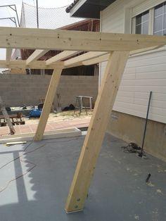 Estructura de madera laminada para cochera, con diseño QAH inclinado autoportante y techado.