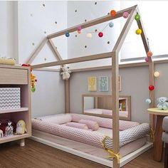Chevron e poá se destacam nesse quarto kids de menina e no local da cama convencional essa cabana ficou um charme! Descobri esses dias o Ig da querida Olivia @inandoutkids