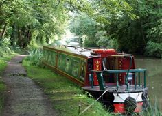 RL Narrowboat A lot of information on narrowboat holidays Barge Boat, Canal Barge, Canal Boat, Narrowboat Holidays, Country Living Uk, Shanty Boat, Dutch Barge, Houseboat Living, Narrow House