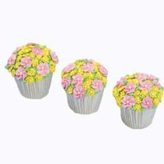 Field of Flowers King Size Cupcakes - Crown these king-size cupcakes with flowers that rule. It´s a lush blanket of lovely pink and yellow drop flowers atop a field of green buttercream. Cupcake Art, Paper Cupcake, Cupcake Cakes, Big Cupcake, Food Cakes, Cup Cakes, Fancy Cupcakes, Flower Cupcakes, Wilton Cake Decorating