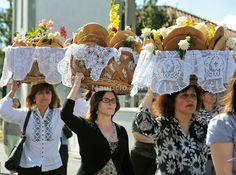 Espíritu Santo (Espírito Santo) festividades en Bandeiras.  Este tipo de pan, llamado Vésperas, es un manjar.  Pico, Azores, Portugal