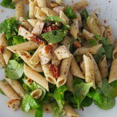 pastasalade met gerookte kip, pesto en pijnboompitten - Powered by Greek Orzo Salad, Pesto Pasta Salad, Pasta Salad Italian, Veggie Pasta, Pasta Salad Recipes, Healthy Salad Recipes, Vegetarian Recipes, Tri Color Pasta Salad, Easy Bacon Recipes