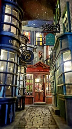 Deco Harry Potter, Harry Potter World, Harry Potter Diagon Alley, Harry Potter Shop, Miniature Crafts, Miniature Houses, Book Nooks, Tardis, Dollhouse Miniatures