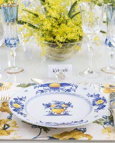 Jogo americano floral azul e amarelo que a Couvert com louça Viana Vista Alegre by Matisse Casa em mesa com tons de azul e amarelo.