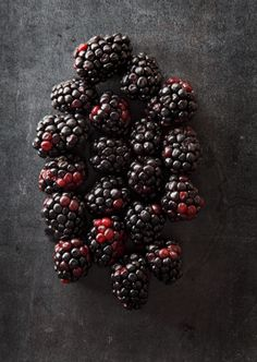 stylish food photography: blackberries on a black background | summer fruit: blackberry . Sommer-Frucht: Brombeere . fruit d'été: mûre  |