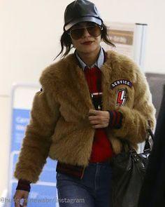 Celebrity Style | 海外セレブ最新ファッション情報 : 【ヴァネッサ・ハジェンズ】赤色でアクティブに!レトロでボーイズライクな空港スタイル!