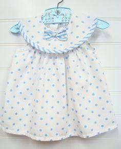 Ropa de bebé Vintage, vestido de la muchacha del bebé en blanco con lunares azules. #