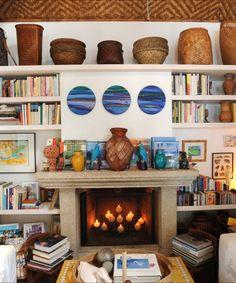 Cestaria, muitos livros, lareira que é um charme só… Palha nas paredes…