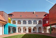 Když se obec Vřesovice dohodla scírkví na převodu fary a farního statku do obecního majetku, měla církev přání, aby obec nenechala celý soubor zchátrat a aby jej využívala kbohulibému účelu. Proto od roku 2013 slouží hlavní objekt fary jako základní škola a odva roky později byl v… Timber Roof, Roof Trusses, Piet Mondrian, Bauhaus, Primary School, Elementary Schools, La Haye, Modernisme, Perriand