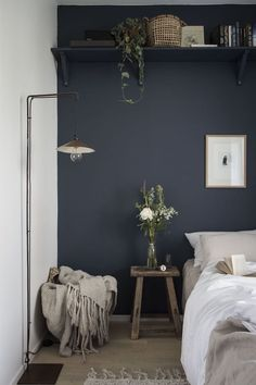 News in the MSHB House! my scandinavian home: small guest bedroom with dark blue walls, linen bedding and a high shelf.my scandinavian home: small guest bedroom with dark blue walls, linen bedding and a high shelf. Small Guest Rooms, Guest Bedrooms, Bedrooms Ideas For Small Rooms, Long Bedroom Ideas, Blue Bedrooms, Home Design, Interior Design, Design Ideas, Design Set