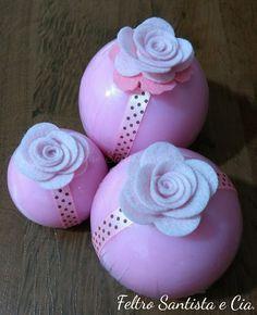 Esferas de sabonete com rosas de feltro.