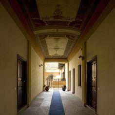 Palazzo Minerva. Androne pedonale con la volta affrescata. Accesso alle corti private degli appartamenti del piano terra e alla scala condominiale. Canuto Costruzioni