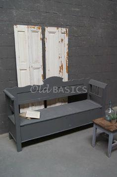 Klepbank 40020 - Een landelijke klepbank met een koele grijze kleur. Deze bank is een mooie eyecatcher onder de veranda. Onder de klep is de ruimte verdeeld in twee vakken. De achterkant van het meubel is niet mee geverfd. Zithoogte: 46 centimeter