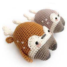 Draussen wirds kalt aber die drei wärmen Dir das Herz: WOODY der Tannenzapfen, HEINZ der Hirsch & SIMON der Schneemann.  Woody, Heinz und Simon eignen sich auch besonders gut zum Verwichteln, als kleines Nikolausgeschenk, Christbaumschmuck, oder Geschenkeanhänger für Deine Weihnachtspäckchen!  ::::::::::::::::::::::::::::::::::::::::::::::::  Dies ist eine HÄKELANLEITUNG im PDF-Format. NICHT die auf den Fotos abgebildete fertige Puppe!  Diese Anleitung ist in DEUTSCH, ENGLISCH…