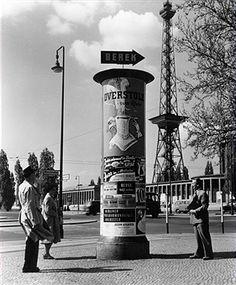 Berlin Litfass-Säule vor dem Funkturm; Masurenallee Ecke Messedamm 1956